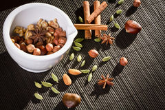 Différents genres de noix en mortier blanc Photos stock