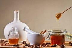 Différents genres de noix et de miel Photographie stock