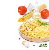 Différents genres de pâtes italiennes, de tomates fraîches, huile d'olive et Image stock