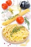Différents genres de pâtes italiennes, tomates fraîches Photo stock