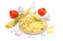 Différents genres de pâtes italiennes, tomates fraîches, huile d'olive Images stock