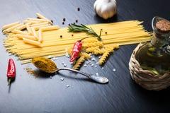 Différents genres de pâtes, poivre de piment rouge, romarin, sel a de mer photos libres de droits