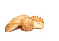 Différents genres de pain de blé ou de maïs sur le blanc Photos stock