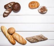 Différents genres de pain sur la table en bois blanche Vue supérieure Images libres de droits