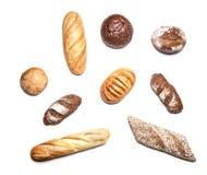 Différents genres de pain sur la vue supérieure blanche Images stock