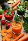 Différents genres de smoothie avec des carottes, des tomates et des concombres Photo stock