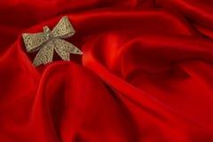 Différents jouets sur le fond rouge ardent pendant la nouvelle année Images libres de droits