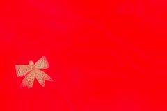 Différents jouets sur le fond rouge ardent pendant la nouvelle année Image libre de droits