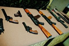 Différents mitrailleuses et revolvers d'arme à feu sur le champ de tir images libres de droits