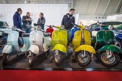 Différents modèles de scooter de Vespa se tenant dans une rangée Photographie stock libre de droits
