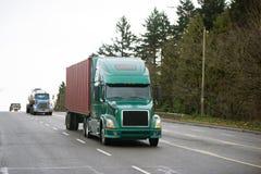 Différents modèles semi de convoi de camions sur la route multiligne large Photo libre de droits