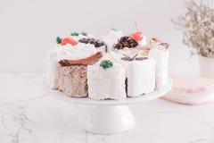 différents morceaux de gâteau sur le support de gâteau Photo stock