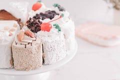 différents morceaux de gâteau sur le support de gâteau Image stock