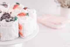 différents morceaux de gâteau sur le support de gâteau Photographie stock