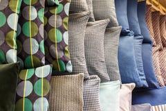 Différents oreillers de couleur, concept de confort photo libre de droits