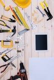 Différents outils avec le modèle et le comprimé numérique sur le dessus de table en bois image libre de droits