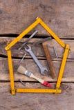 Diff?rents outils de bricolage pour la construction sur le fond rustique photos libres de droits