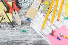 Différents outils de construction, fond en bois Photographie stock