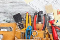 Différents outils de construction, fond en bois image libre de droits