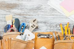Différents outils de construction, fond en bois Photographie stock libre de droits