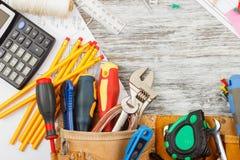 Différents outils de construction, fond en bois Photo libre de droits