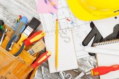 Différents outils de construction, fond en bois Photos stock