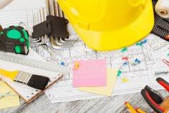 Différents outils de construction, fond en bois Photos libres de droits