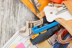 Différents outils de construction, fond en bois Photo stock