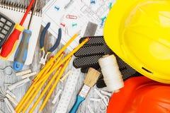 Différents outils de construction, fond en bois Image stock