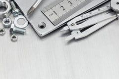 Différents outils pour la rénovation de maison et le travail de main sur le dos en métal Photo stock