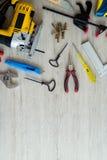 Différents outils sur un fond en bois Photo stock