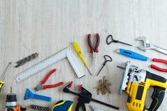 Différents outils sur un fond en bois avec l'endroit pour l'inscri Images stock