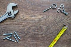 Différents outils sur un fond en bois Carte de jour de pères Image libre de droits