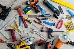 Différents outils sur un fond en bois clair Photo stock