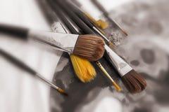 Différents pinceaux sur la palette Images stock