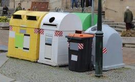Différents récipients pour l'élimination des déchets dans la rue Photos stock