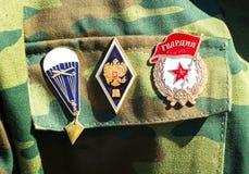 Différents récompenses et insignes sur l'uniforme militaire russe Images stock