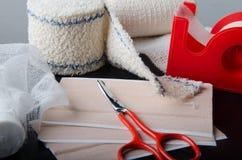Différents rouleaux de bandages et d'équipement médicaux de soin Photo libre de droits