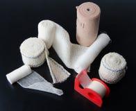 Différents rouleaux de bandages et de plâtre de collage médicaux Photo libre de droits