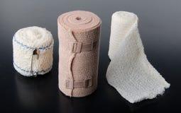 Différents rouleaux de bandages médicaux Image stock