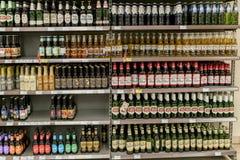 Différents types de bière sur les étagères dans le supermarché Photographie stock