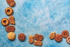 Différents types de bisquits comme cadre sur le fond de cru photo stock