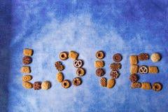 Différents types de bisquits formant le mot d'amour photo libre de droits