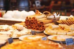 Différents types de bonbon des pâtisseries des plats au contre- café Photographie stock