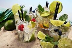 Différents types de cocktail de mojito sur la plage Photo libre de droits