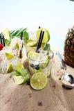 Différents types de cocktail de mojito sur la plage Photos libres de droits