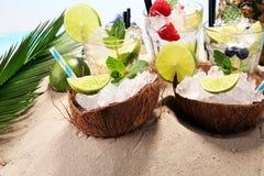 Différents types de cocktail de mojito sur la plage Images stock