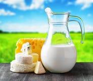 Différents types de fromage sur le fond de nature Photo stock