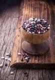 Différents types de haricots dans les cuvettes photos stock