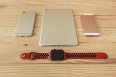 Différents types de mobile, de comprimé et de smartwatch de dernière génération images stock
